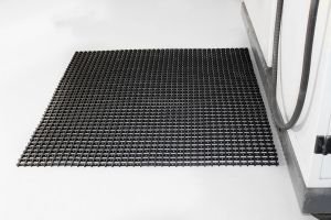 Černá univerzální průmyslová protiskluzová olejivzdorná rohož (mřížka 22 x 22 mm) - délka 5 m, šířka 60 cm a výška 1,2 cm FLOMAT