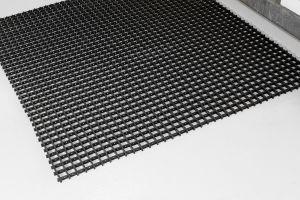 Černá univerzální průmyslová protiskluzová olejivzdorná rohož (mřížka 30 x 10 mm) - délka 10 m, šířka 90 cm a výška 1,2 cm FLOMAT
