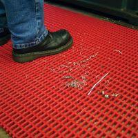 Červená univerzální průmyslová protiskluzová olejivzdorná rohož (mřížka 30 x 10 mm) - délka 10 m, šířka 120 cm a výška 1,2 cm FLOMAT