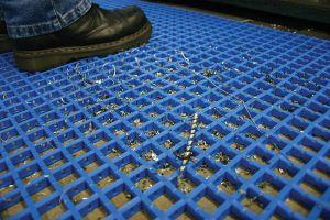 Modrá univerzální průmyslová protiskluzová olejivzdorná rohož (mřížka 30 x 10 mm) - délka 5 m, šířka 90 cm a výška 1,2 cm FLOMAT