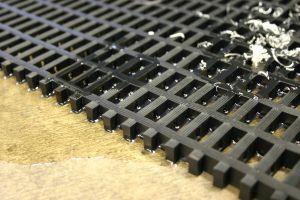 Černá univerzální průmyslová protiskluzová olejivzdorná rohož (mřížka 22 x 10 mm) - délka 10 m, šířka 60 cm a výška 1,2 cm FLOMAT