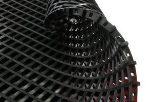 Černá univerzální průmyslová protiskluzová olejivzdorná rohož (mřížka 22 x 10 mm) - délka 10 m, šířka 90 cm a výška 1,2 cm FLOMAT
