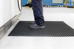 Černá univerzální průmyslová protiskluzová olejivzdorná rohož (mřížka 22 x 10 mm) - délka 10 m, šířka 120 cm a výška 1,2 cm FLOMAT