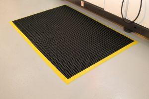 Černá univerzální průmyslová protiskluzová olejivzdorná rohož (mřížka 22 x 10 mm) - délka 120 cm, šířka 60 cm a výška 1,2 cm FLOMAT