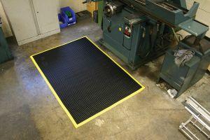 Černá univerzální průmyslová protiskluzová olejivzdorná rohož (mřížka 22 x 10 mm) - délka 150 cm, šířka 100 cm a výška 1,2 cm FLOMAT