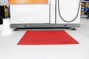 Červená univerzální průmyslová protiskluzová olejivzdorná rohož (mřížka 22 x 10 mm) - délka 10 m, šířka 90 cm a výška 1,2 cm FLOMAT