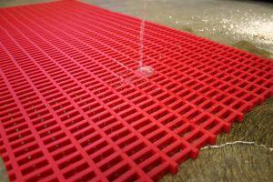 Červená univerzální průmyslová protiskluzová olejivzdorná rohož (mřížka 22 x 10 mm) - délka 5 m, šířka 60 cm a výška 1,2 cm FLOMAT