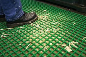 Zelená univerzální průmyslová protiskluzová olejivzdorná rohož (mřížka 22 x 10 mm) - délka 10 m, šířka 60 cm a výška 1,2 cm FLOMAT