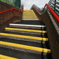 Karborundová schodová hrana - délka 150 cm, šířka 34,5 cm, výška 5,5 cm a tloušťka 0,5 cm FLOMAT