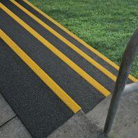 Černo-žlutá karborundová schodová hrana - délka 200 cm, šířka 34,5 cm, výška 5,5 cm a tloušťka 0,5 cm FLOMAT