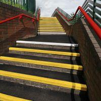 Černo-žlutá karborundová schodová hrana - délka 300 cm, šířka 34,5 cm, výška 5,5 cm a tloušťka 0,5 cm FLOMAT