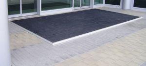 Plastová kartáčová venkovní vnitřní vstupní rohož Wellbru, FLOMAT - délka 100 cm, šířka 100 cm a výška 2,2 cm