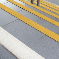 Žlutá karborundová schodová hrana - délka 100 cm, šířka 5,5 cm, výška 5,5 cm a tloušťka 0,5 cm FLOMAT