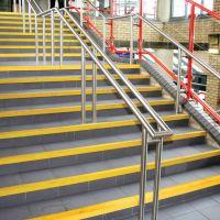 Žlutá karborundová schodová hrana - délka 150 cm, šířka 5,5 cm, výška 5,5 cm a tloušťka 0,5 cm FLOMAT