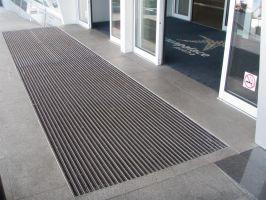 Šedá hliníková kartáčová venkovní vstupní rohož Alu Super, FLOMAT - délka 80 cm, šířka 120 cm a výška 2,7 cm