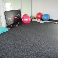 Černá pryžová fitness deska SF1050 - délka 198 cm, šířka 98 cm a výška 2 cm FLOMAT