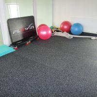 Černá pryžová modulární fitness deska (roh) SF1050 - délka 95,6 cm, šířka 95,6 cm a výška 1 cm FLOMAT