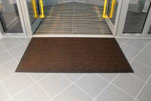 Hnědá textilní vstupní vnitřní čistící rohož - délka 80 cm, šířka 120 cm a výška 0,7 cm FLOMAT