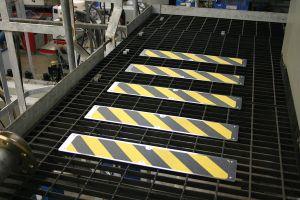 Černý hliníkový protiskluzový nášlap na schody - délka 11,4 cm a šířka 62,5 cm FLOMAT
