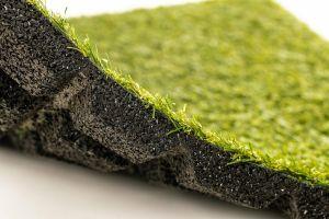 Gumová dlaždice s umělou trávou (V30/R15) - délka 50 cm, šířka 50 cm a výška 3 cm FLOMAT