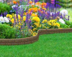 Hnědý gumový zahradní obrubník FLOMA Bricks - délka 120 cm, šířka 2 cm a výška 9 cm