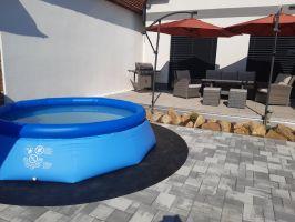 Gumová ochranná tlumící puzzle modulová podložka pod bazén, vířivku (okraj) FLOMA PoolPad - délka 95,6 cm, šířka 95,6 cm a výška 0,8 cm