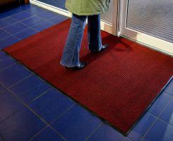 Červená textilní vstupní vnitřní čistící rohož - délka 120 cm, šířka 180 cm a výška 0,7 cm FLOMAT