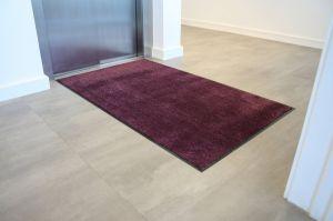Fialová textilní vstupní vnitřní čistící rohož - délka 60 cm, šířka 90 cm a výška 0,8 cm FLOMAT