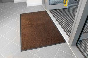 Hnědá textilní vstupní vnitřní čistící rohož - délka 85 cm, šířka 150 cm a výška 0,9 cm FLOMAT