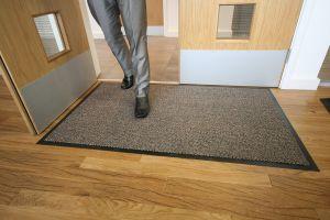Hnědá textilní čistící vnitřní vstupní rohož - délka 90 cm, šířka 150 cm a výška 0,7 cm FLOMAT