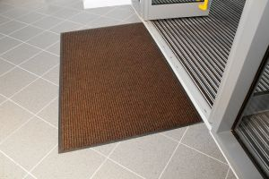 Hnědá textilní vstupní vnitřní čistící rohož - délka 60 cm, šířka 90 cm a výška 0,7 cm FLOMAT
