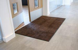 Hnědá textilní vstupní vnitřní čistící rohož - délka 60 cm, šířka 90 cm a výška 0,8 cm FLOMAT
