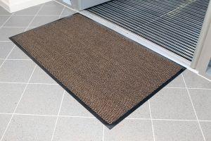 Hnědá textilní čistící vnitřní vstupní rohož - délka 60 cm, šířka 90 cm a výška 0,7 cm FLOMAT