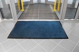 Modrá textilní vstupní vnitřní čistící rohož - délka 60 cm, šířka 90 cm a výška 0,7 cm FLOMAT