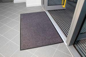 Šedá textilní vstupní vnitřní čistící rohož - délka 85 cm, šířka 150 cm a výška 0,9 cm FLOMAT