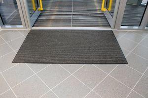 Šedá textilní vstupní vnitřní čistící rohož - délka 60 cm, šířka 90 cm a výška 0,7 cm FLOMAT