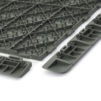 Světle šedá plastová terasová dlažba Linea Marte - délka 56,3 cm, šířka 56,3 cm a výška 1,3 cm