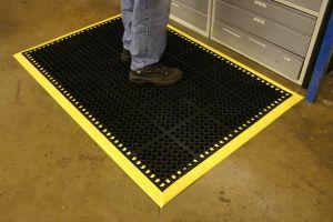 Černá gumová modulární průmyslová protiúnavová protiskluzová rohož COBA Deluxe - délka 150 cm, šířka 100 cm a výška 1,9 cm FLOMAT