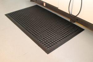 Černá gumová průmyslová protiúnavová protiskluzová rohož - délka 150 cm, šířka 90 cm a výška 1,2 cm FLOMAT