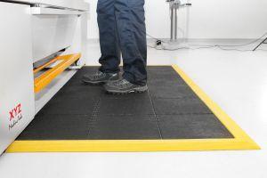 Černá gumová modulární průmyslová protiúnavová protiskluzová rohož Fatigue - délka 90 cm, šířka 90 cm a výška 1,8 cm FLOMAT