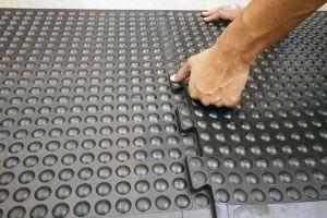 """Černá gumová modulární průmyslová protiúnavová rohož (25% nitrilová pryž) """"koncový díl"""" - délka 90 cm, šířka 60 cm a výška 1,4 cm FLOMAT"""