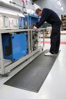 """Černá gumová modulární průmyslová protiúnavová rohož (25% nitrilová pryž) """"středový díl"""" - délka 90 cm, šířka 60 cm a výška 1,4 cm FLOMAT"""