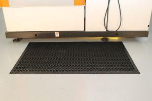Černá gumová protiúnavová průmyslová rohož - délka 120 cm, šířka 80 cm a výška 1 cm FLOMAT