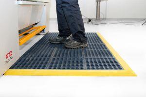 Modrá gumová modulární průmyslová protiúnavová protiskluzová děrovaná rohož Fatigue - délka 90 cm, šířka 90 cm a výška 1,8 cm FLOMAT