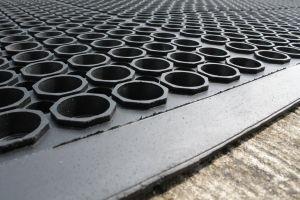 Černá gumová průmyslová protiúnavová protiskluzová olejivzdorná rohož (25% nitrilová pryž) - délka 150 cm, šířka 90 cm a výška 1,25 cm FLOMAT