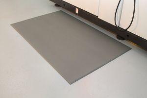 Šedá průmyslová protiúnavová protiskluzová pěnová rohož - délka 150 cm, šířka 90 cm a výška 0,9 cm FLOMAT