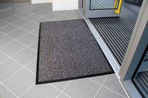 Šedá textilní vstupní vnitřní čistící rohož - délka 130 cm, šířka 200 cm a výška 1 cm FLOMAT