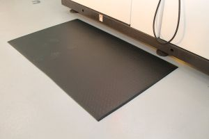 Černá průmyslová protiúnavová protiskluzová pěnová rohož - délka 18,3 m, šířka 90 cm a výška 0,9 cm FLOMAT