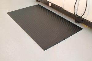 Černá průmyslová protiúnavová protiskluzová pěnová rohož - délka 150 cm, šířka 90 cm a výška 0,9 cm FLOMAT