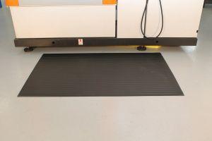 Černá průmyslová protiúnavová protiskluzová pěnová rohož - délka 18,3 m, šířka 120 cm a výška 0,9 cm FLOMAT